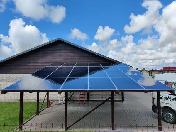 stoginė automobiliui su saulės moduliais